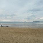 光の道の先は静かな浜辺で、ウインドサーフィンをしていました。