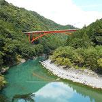 大井川にかかる橋がいくつも見え、川面に映る姿を楽しめる場所もあります。
