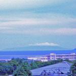 晴れた日には伊豆の島々が見えます。一番よく見えるのが初島、次が大島、天気がよいと利島と新島が見えます。これは大島の上に雲がかかっているところです。