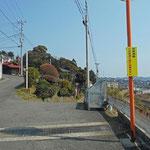 画面の右側の道を線路沿いに歩きます。