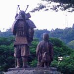 湯河原駅前にある土肥実平(どいさねひら)公夫妻の像です。石橋山の戦いは1180年8月23日(新暦では9月14日)だったそうです。夏の低山を歩くと、虫だらけの中を藪漕ぎです。彼らはその中を頑張り抜いたのだなあと思いました。