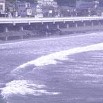 道路の下は吉浜海岸で、夏は海水浴場になります。