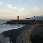早川駅は湯河原駅から3つ目の駅です。漁港があり、灯台脇に釣り人がいました。