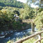 対岸の共同湯の前から福田屋を見ています。「伊豆の踊子」がこの共同湯から主人公に手を振ったとか…