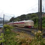 朝6時少し前、東京行き「夜行寝台列車サンライズ瀬戸」が通ります