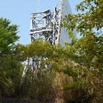 NTTの反射塔。尾根道ですが、いくつも枝道があります。ここに出れば正解。