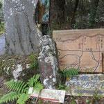 登山道の終点。この石仏は明治のもの。 右:日金道  左:やま……大らかでいいですね。ここからは車道を下ります。5時間歩いた後だけに、足にきます。舗装された道でも、道標は保存されていました。