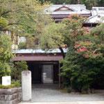今も伊藤屋本館は健在。純日本風の趣ある建物ですね。