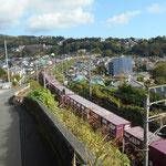 JR東海道線の下をくぐり、線路脇の坂道を上っていきます。   貨物列車がよく通ります。上から眺めていると、すごく長いことと、速いことがわかります。