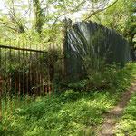 左側は私有地のようで、有刺鉄線とトタン塀が続きます。工場の脇みたいですね。