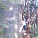 立石(たていし)です。立っている人と比べてください。モアイの石像を思い出しました。