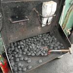 石炭を粉末にしてから固めたものだそうで、これを使って蒸気を作ります。