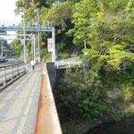 千歳川が相模灘に流れ込む河口に千歳橋がかかっています。湯河原駅から徒歩20分ぐらい。この橋の手前が神奈川県湯河原町、向こうが静岡県熱海市になります。 07:12 歩き始めました。
