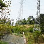 広い舗装道を歩きます。なかなか進まない感じがして、足にこたえます。 09:04 岩戸山登山道入り口。 階段を登り、鉄塔に沿って前進!