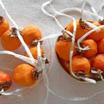 まず、柿の皮を剥きます。干し柿用の柿は、ヘタの枝が T 字に切ってあります。