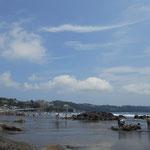 手前は岩が多いためか、磯遊びやサーフィンの場所に指定されています。泳ぐのは福浦漁港寄りで、写真では奥の方。 夏の雲がきれいですね。