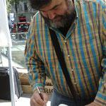 """Sebastià Bennassar signant el meu exemplar de """"Cants de sirena negra"""""""