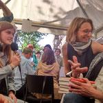 Reporters Laietans entrevistant a llibreters