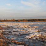 Eisbrecher und Tauwetter ließen große Schollen am Ufer zurück