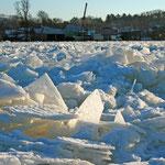 Die zugefrorene Oder bei Niederkränich mit dem Ort im Hintergrund