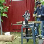 Rundhölzer werden vorbereitet. Foto: Rotraut Gille