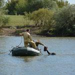 Поисковики достают со дна Дона части затонувшего танка