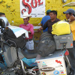 neugierige Mexikaner am Tacos-Imbiss