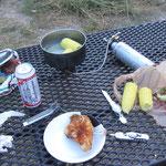 mein Abendessen, gekochte Maiskolben mit Hähnchen