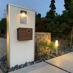 石貼りの門柱と平石のアプローチの庭