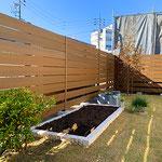 天然芝と家庭菜園のスペースがある庭