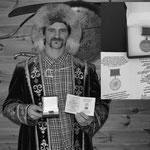 John C en tenue traditionnelle bashkir avec la décoration du Grand Kurultaï bashkir qui lui a été attribué, reconnaissance ultime de son héritage familiale et culturel (PHOTO 2021 (c) Julie Czödör)