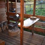 Notre autre cuisine d'extérieur à côté de la datcha! idéale pour prendre le thé le soir auprès du poêle! (PHOTO 2021 (c) John C)
