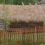 """Cette petite isba sert de rangement agricole, comme autrefois. Notez le toit en """"foin"""" (et non en chaume!) traditionnel de la culture bashkir d'avant 19e (PHOTO 2021 (c) John C)"""