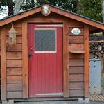 Ce petit bâtiment, ce sont nos toilettes sèches ! Nous n'utilisons pas d'eau pour les toilettes... Et comme autrefois, les toilettes sont à l'extérieur de la maison! (PHOTO 2018 (c) John C)
