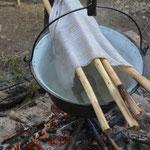 Travail des baguettes et mise en forme selon les techniques traditionnelles bashkirs.