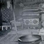 Chez les Bashkirs, la yourte est meublée de coffres, de peaux, de tapis, d'un poêle et que quelques tabourets... Ce même matériel réintègre la maison de rondins (isba) en hiver...