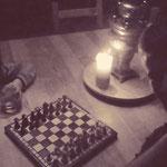 Quand nous ne sommes pas dehors, nous jouons aux échecs! ou nous lisons... pas de télévision ici! (PHOTO 2018 (c) John C)
