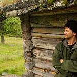 Une fuste (maison de rondins) durera plusieurs centaines d'années, comme celle derrière John C qui a plus de 400 ans ! (PHOTO 2012 (c) Julian Izquierdo)