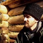 Sur un séjour en pleine nature de 30 jours, au milieu des Pyrénées-altantiques, il construira son isba de 5m² en 23 jours avec seulement une hache, une scie et une plane (PHOTO 2011 (c) John C)