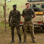 Un ranger (éco-garde) et John C lors d'une mission anti-braconnage en Afrique (PHOTO 2016 (c) Yoann Galéran)