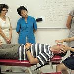 Massage (Tuina) des points de méridiens du visage, lors d'un cours en Chine.