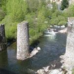 Les piles d'un pont détruit par les crues...