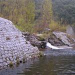 Le barrage se démolit petit à petit...