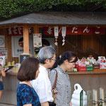 きび団子も売られている後楽園の茶店をバックにしての一枚。後楽園は本当に風情があっていいところです。
