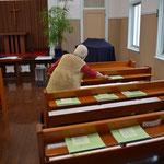 礼拝に備えて、93歳の季具枝さん始動。9時過ぎのこと。