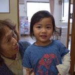 たびと君は双子だよ。幼稚園でお世話している安佐子さんと。