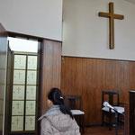 講壇の左側には、納骨堂が備えられています。礼拝の時間も扉はあけたままにすることを決めているようです。