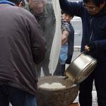 現次郎さんが蒸し上がったもち米を運んで来てくれます。真ん中の真さんと現次郎さん、とある職場でご一緒していた同期同士のはずです。