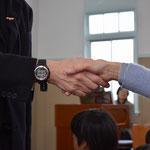 ファミリー礼拝恒例の平和の挨拶をお稽古中の一枚。安佐子さんと森牧師の握手でした。