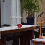 創世記3章が読まれる冬のファミリー礼拝です。園の中央の果実はいったい何だったのか。イチジク?という節もあります。西欧の画家達がいつしかリンゴを描き始めたそうです。夏ならば桃を準備したかった岡山の旭東教会ですから。